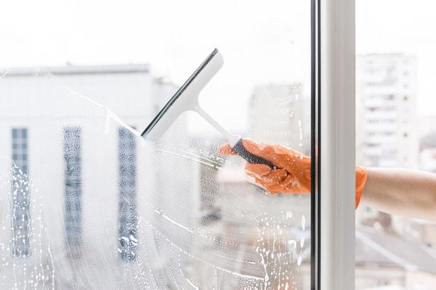 כמה דרכים לניקוי חלונות גבוהים