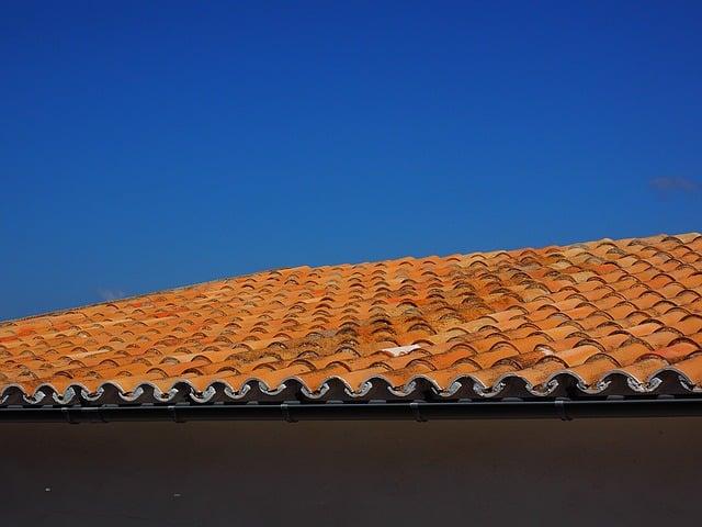 אין ברירה חייבים לתקן את הגג - כך תעשו את זה נכון