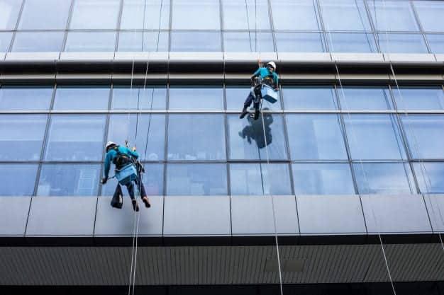 איזה ציוד נדרש לניקוי חלונות בגובה